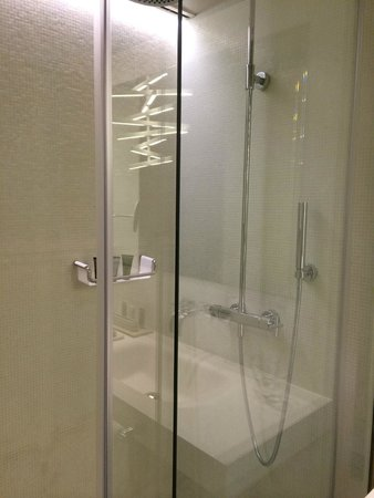 Mercer Hotel Barcelona: Spacious shower