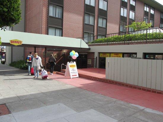 Holiday Inn San Francisco Fishermans Wharf: Entrada pela rua lateral junto ao restaurante anexo