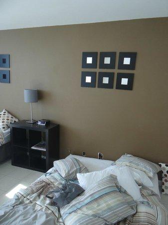 Design Suites Miami Beach: detras de la cama agujeros rotos con cables