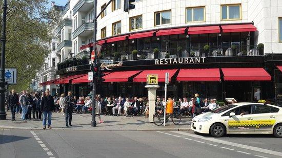 Kempinski Hotel Bristol: Vista de las 2 plantas del desayunador del hotel