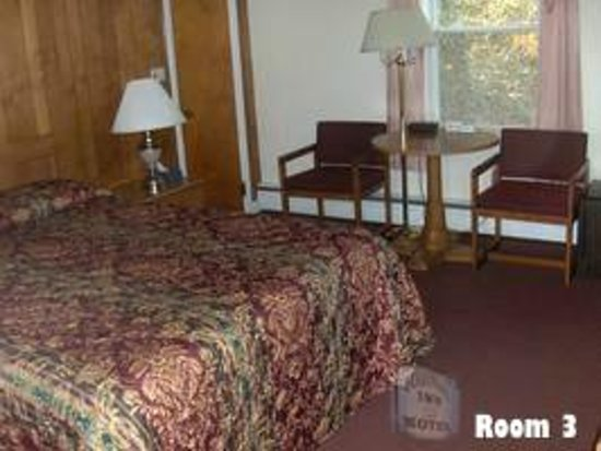 Room 3 at the Colonial Inn & Motel