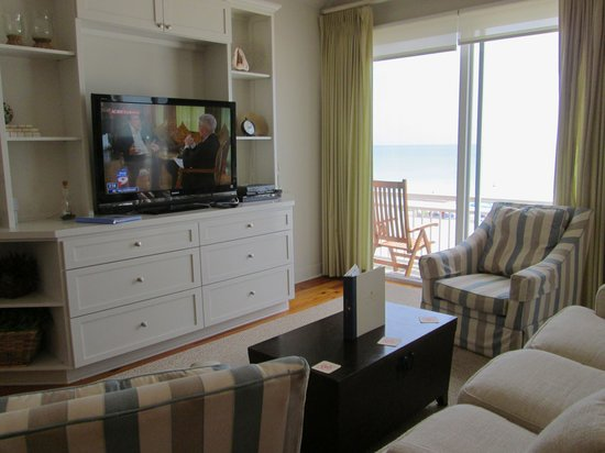 Mainsail Beach Inn: Living room in condo 7C on the third floor