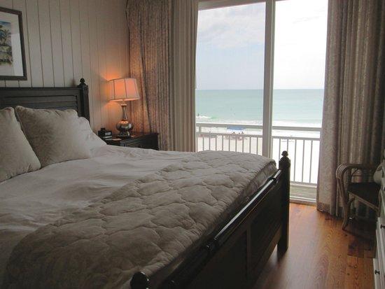 Mainsail Beach Inn: Ocean front master bedroom in condo 7C on the third floor