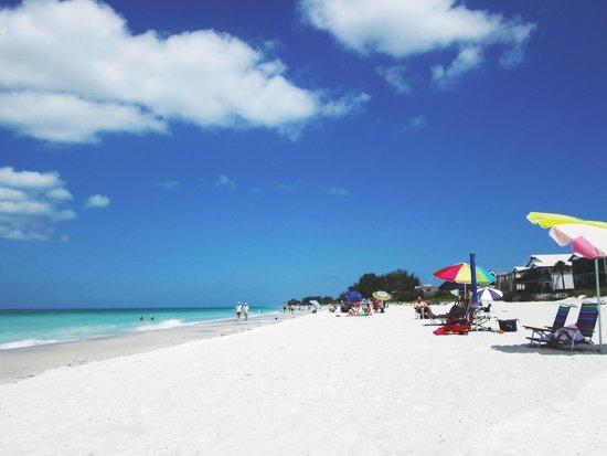 Mainsail Beach Inn: People on the beach