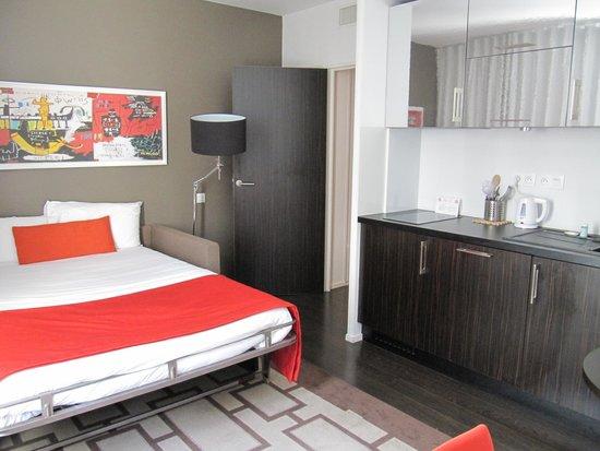 Hipark Design Suites Serris-Val d'Europe : Slaapbank en keuken
