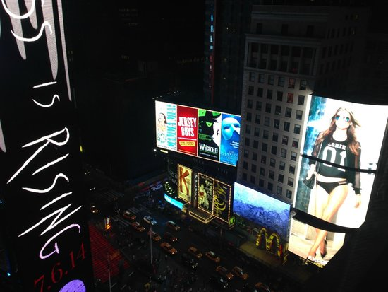New York Marriott Marquis: 18th floor view by night