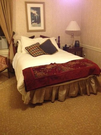 Historic Inns of Annapolis : Tiny room with very drabby and old furnishings