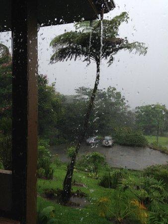 Hotel Montana de Fuego Resort & Spa: A vista interna do quarto em um lindo dia de chuva