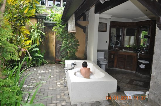 Hotel Vila Lumbung : Downstairs bungalow outdoor bathroom.