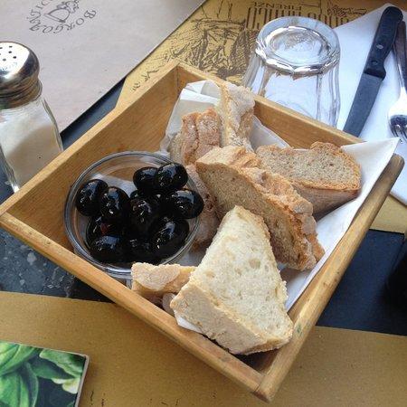 Trattoria Borgo Antico: Table bread & olives