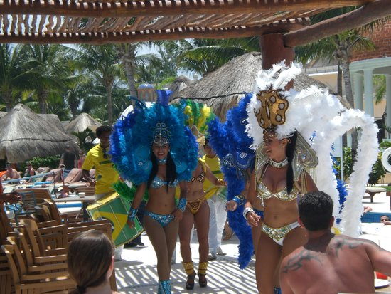 Excellence Riviera Cancun: Poolside entertainment