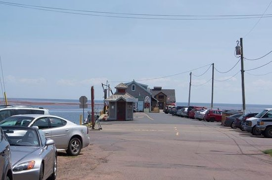 Lobster Barn Pub and Eatery: Looking towards the restaurant down the wharf
