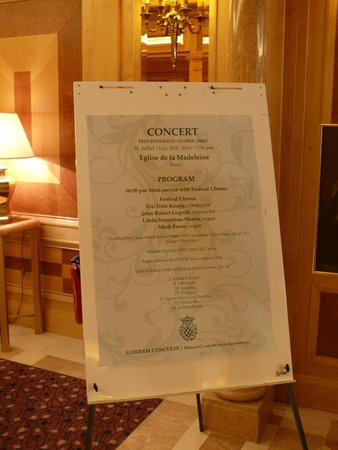 Rochester Champs-Elysees Hotel: They posted a sign in the lobby for our free concert at Elgise de la Madeleine. Almost 1000 atte