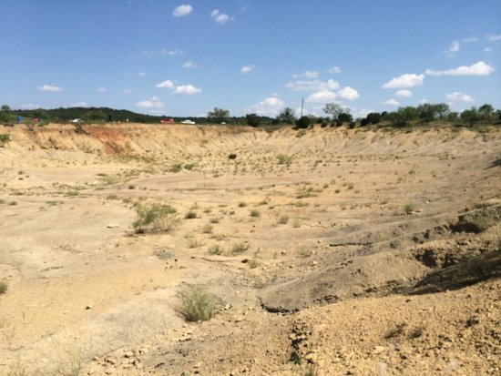 Mineral Wells Fossil Park: A view from the open pit. Notice, no shade and some steep slopes. Don't forget to take your hat,