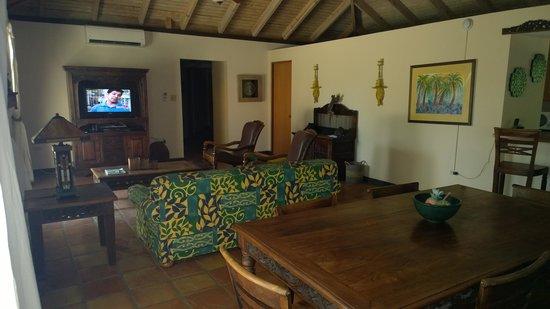 Villa Montana Beach Resort: Living Room Area