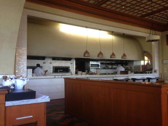 Il Fornaio: Cuisine en vis-à-vis des tables. Silence aux fourneaux.