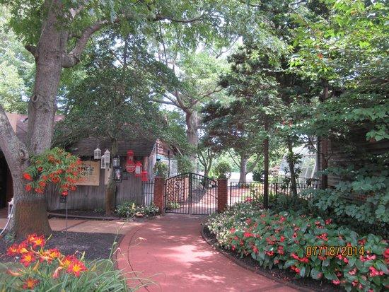 The Historic Smithville Inn: Gardens & Lake at Smithville Inn