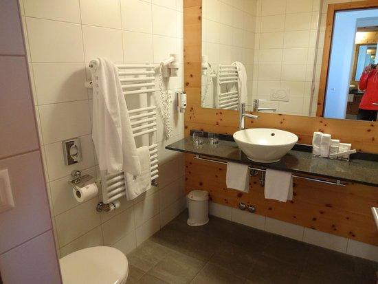 3100 Kulmhotel Gornergrat : Bathroom with towel warmer...