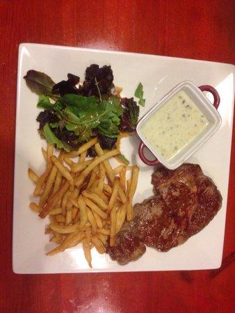 Restaurant La Movida : L'entrecote charolaise sauce rocquefort et frites maison.