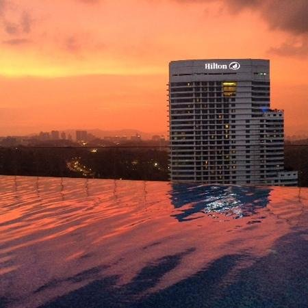 Aloft Kuala Lumpur Sentral: few frosties by ze pool at sunset