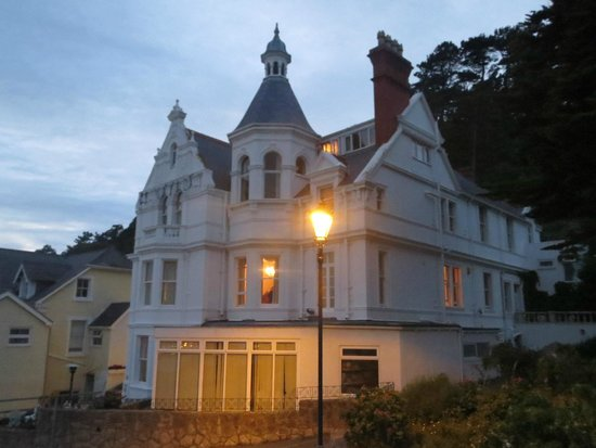Headlands Hotel: The hotel at sundown