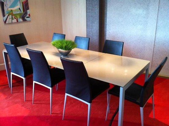 Hampton Inn & Suites Raleigh/Crabtree Valley: dining table