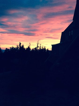 Timberline Lodge: sunset from the front balcony