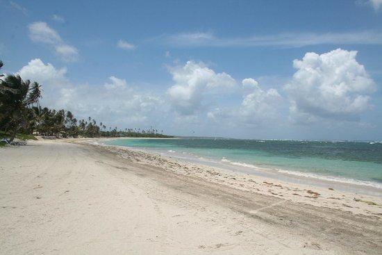 Coconut Bay Beach Resort & Spa: Left of the main beach area