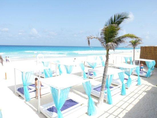 Grand Oasis Sens: Camastros en la playa del hotel