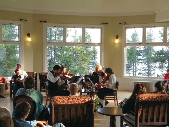 Lake Yellowstone Hotel and Cabins : After dinner quartet in the Sunroom