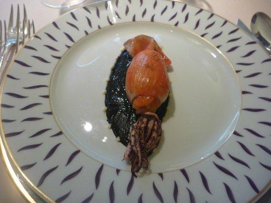 Oterudomikuni: Calamar farci de risotto a la tomate,sauce sesame noir et sepia de calamar, parfume au Shichimi
