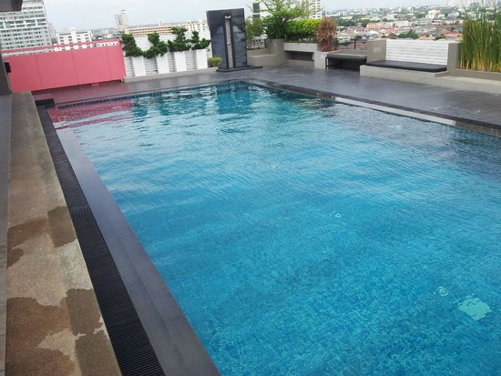Bangkok Inter Place Hotel: Rooftop pool
