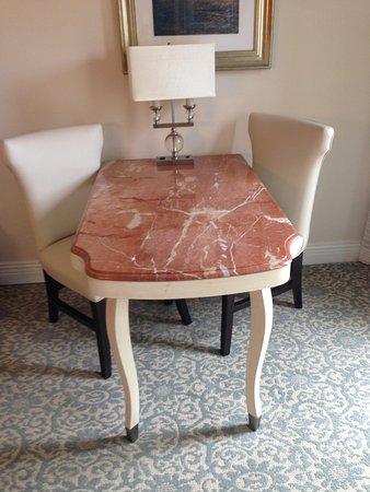 Loews Portofino Bay Hotel at Universal Orlando: Marble desk with chairs