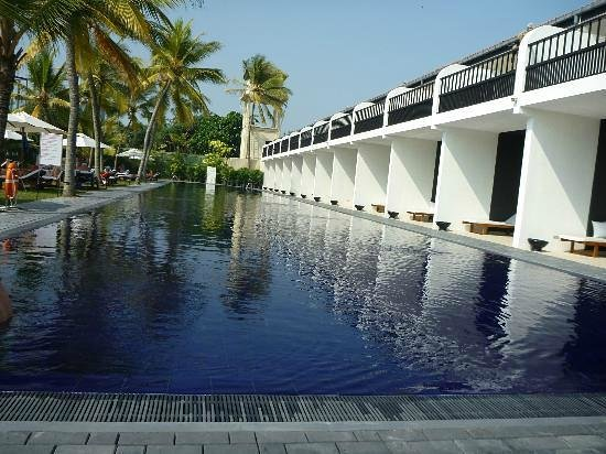 The Surf Hotel: Shallow pool- 100m long.