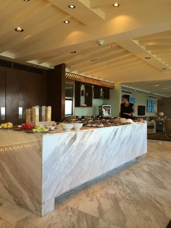 Hyatt Regency Kinabalu: Interiors and food at the club lounge