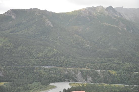Grande Denali Lodge: Across the valley toward denali.