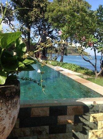 Qunci Villas Hotel: breakfast by the pool on the beach