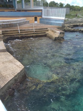 Hotel Cozumel and Resort: Easy in & out of the water at small beach area