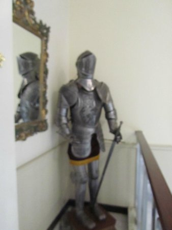 Mayfair Hotel Tunneln: Suit of armor greets you at the front door
