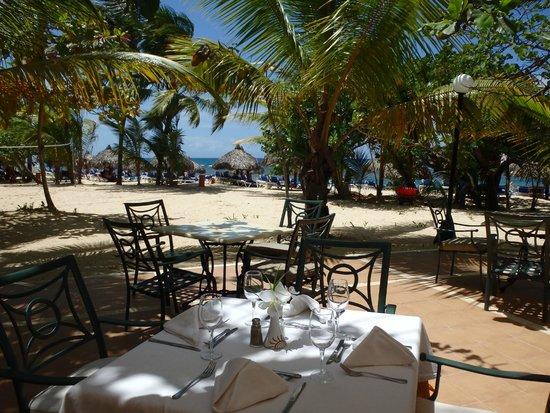 Grand Bahia Principe El Portillo : chaise à l,extérieur de la salle à manger