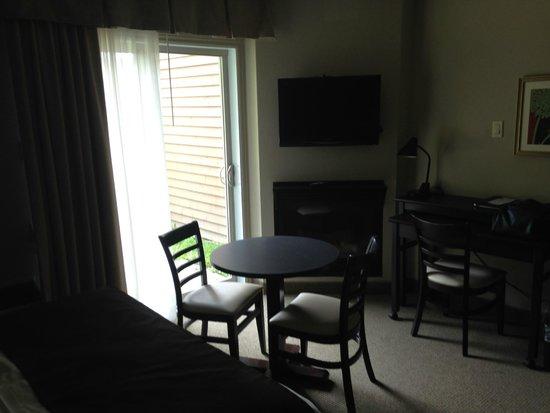 Hotel Le Versailles: espace repas,avec une autre table sur roulettes si nous sommes plus de 2