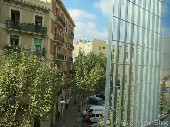 Ibis Barcelona Centro: Street view from the window