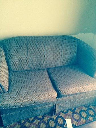Comfort Suites Airport : Old worn couch