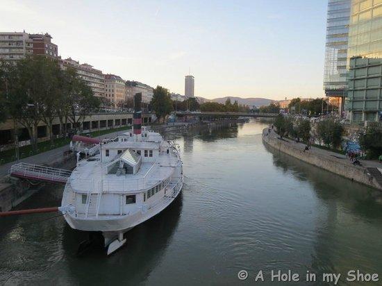 Mercure Wien City : Walk across the river to town