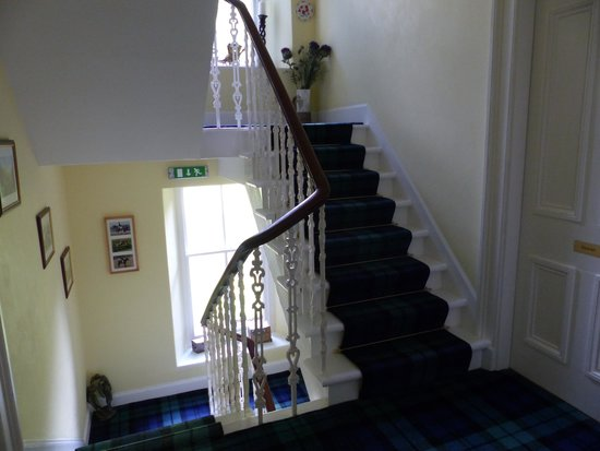 Thistle House Guest House: The stairwell, complete with tartan carpet and nicely turned banister