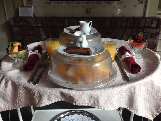 Inn at Depot Hill: Breakfast delivered to room