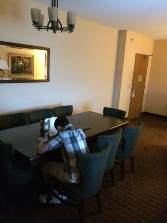 Embassy Suites by Hilton Orlando Lake Buena Vista South : 8 seater Table in corner king suite
