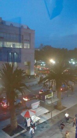 One Ciudad De Mexico Alameda: Vista do apartamento no 2o andar e de frente para a Avenida, ao anoitecer.