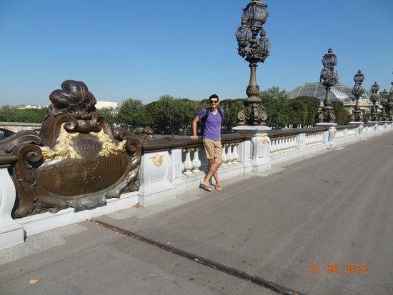 Pont Alexandre-III : yo en el puente contemplando los increibles faroles y esculturas