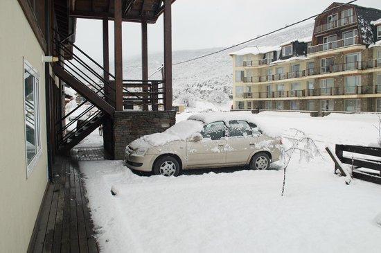 Ski Sur Apartments: Estacionamento em frente ao hotel